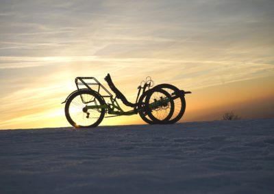 aaa-AZUB-TRIcon-GR-on-snow-01-2400