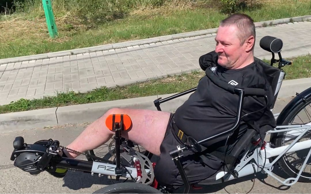 No hands controls single-leg powered trike
